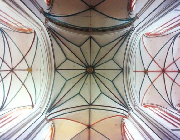 Dôme de la cathédrale de Schwerin, (Allemagne, Poméranie occidentale). Détail photographié dans le livre Gewölbe des Himmels, photo Florian Monheim)